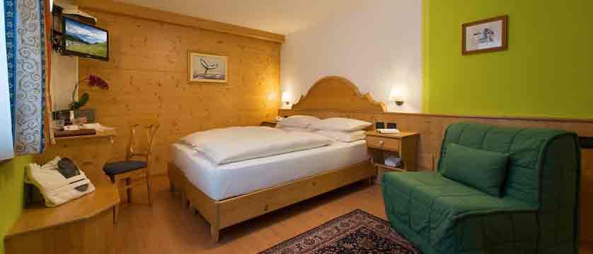 italy_livigno_hotel-st-michael_bedroom.jpg (1)